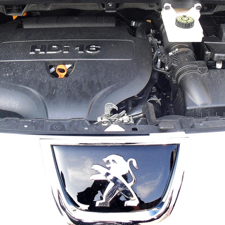 Peugeot 3008 Hybrid4: Blick unter die Haube auf den 2,0-Liter-Selbstzünder.