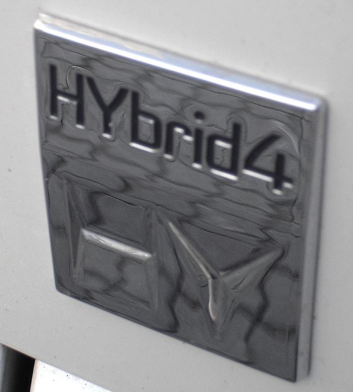 Peugeot 3008 Hybrid4: Logo für Doppelherz-Kraft und Allradantrieb.