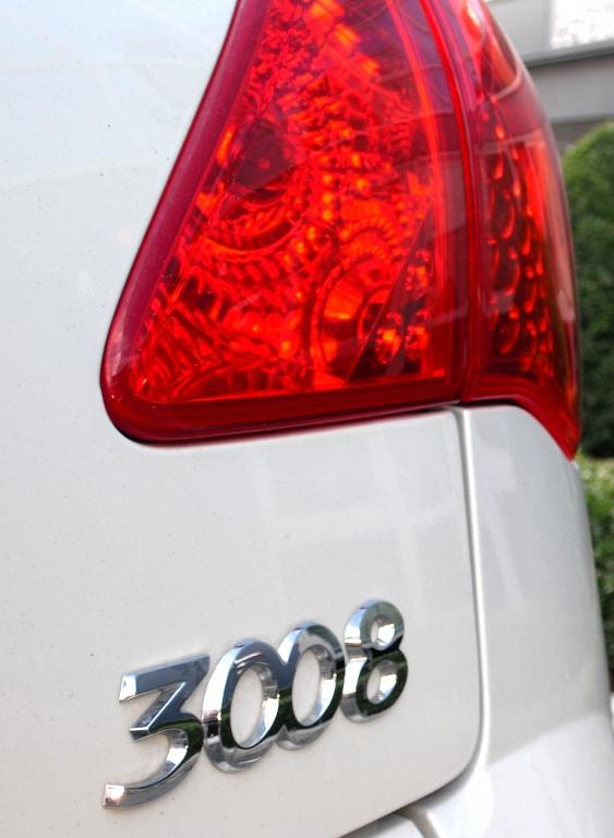 Peugeot 3008 Hybrid4: Moderne Leuchteinheit hinten mit Modellschriftzug.