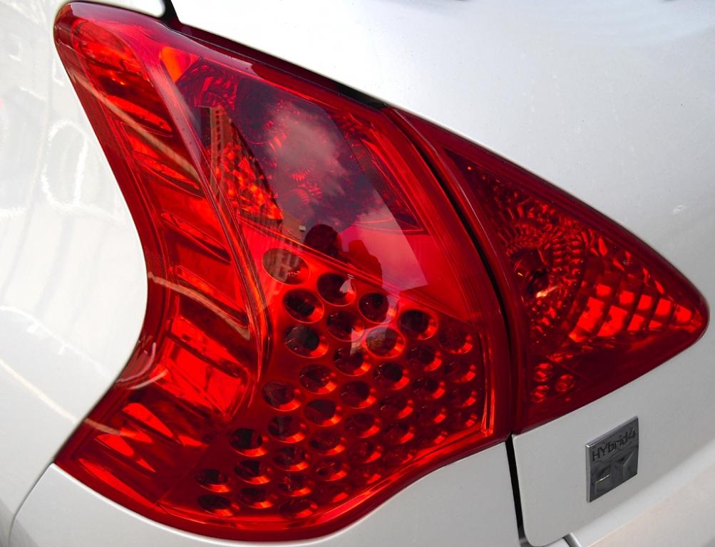 Peugeot 3008 Hybrid4: Moderne Leuchteinheit hinten.