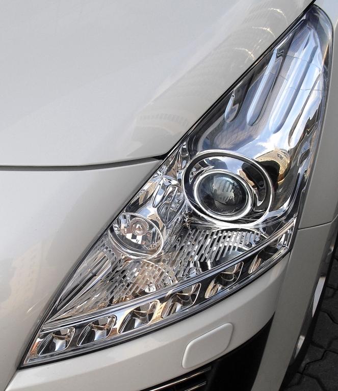 Peugeot 3008 Hybrid4: Moderne Leuchteinheit vorn mit LED-Tagfahrlicht.
