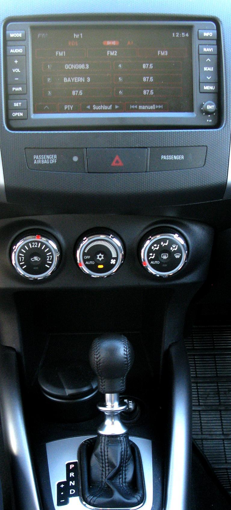Peugeot 4007: Blick auf den mittleren Armaturenträger.