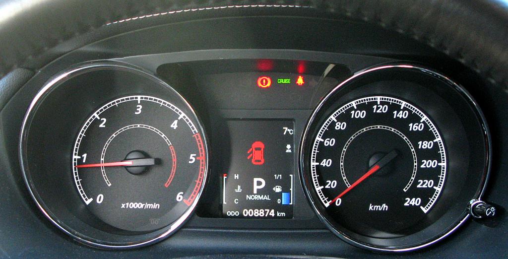 Peugeot 4007: Blick durch den Lenkradkranz auf die Rundinstrumentierung.