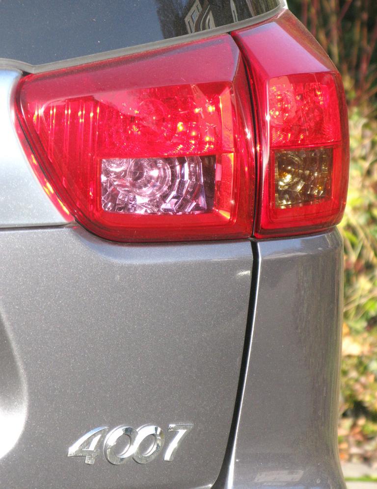 Peugeot 4007: Moderne Leuchteinheit hinten mit Modellschriftzug.