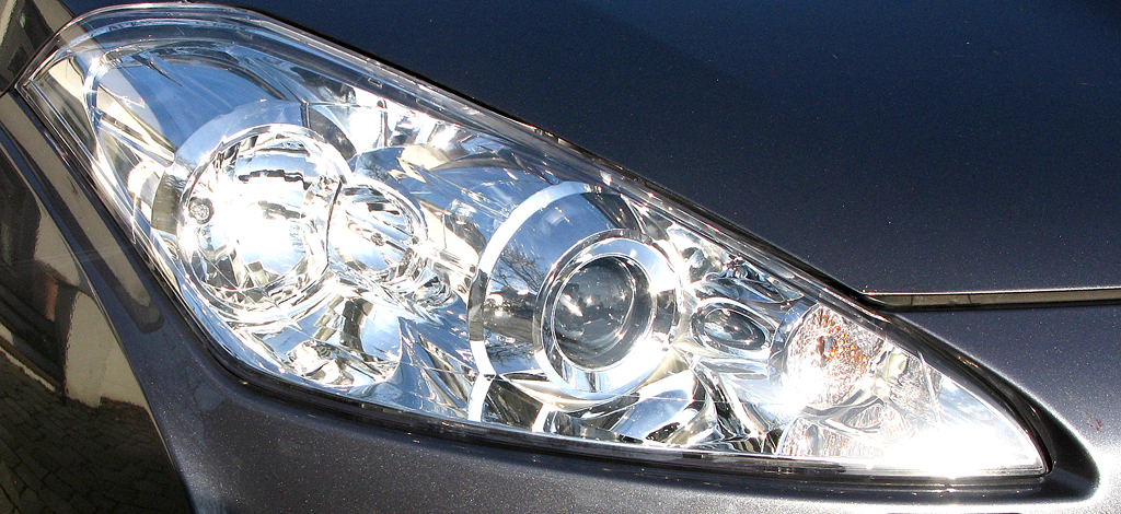 Peugeot 4007: Moderne Leuchteinheit vorn.