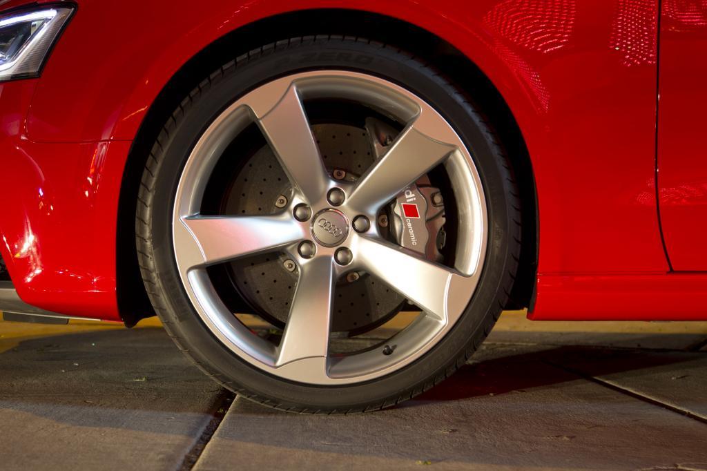Serienmäßig sind 19-Zoll-Räder mit 265/35er Breitreifen
