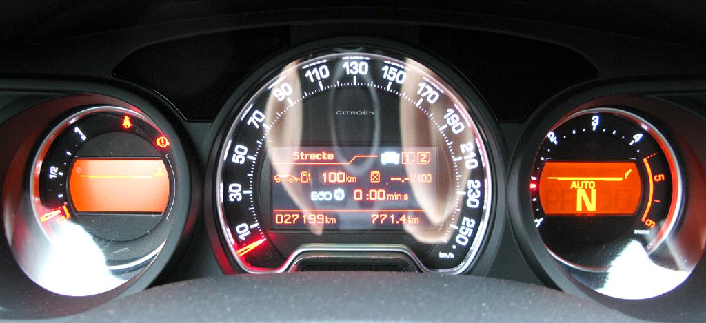 Citroën C5: Blick durch den Lenkradkranz auf die Rundinstrumentierung.