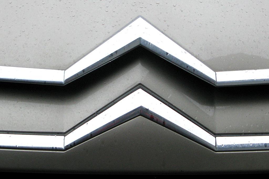 Citroën C5: Der obere der beiden Markenwinkel vorn ist Teil der Motorhaube.