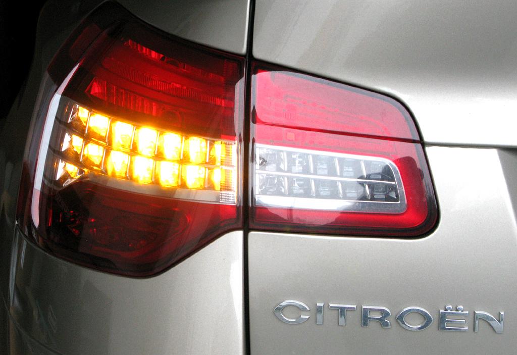Citroën C5: Moderne Leuchteinheit hinten mit Markenschriftzug.