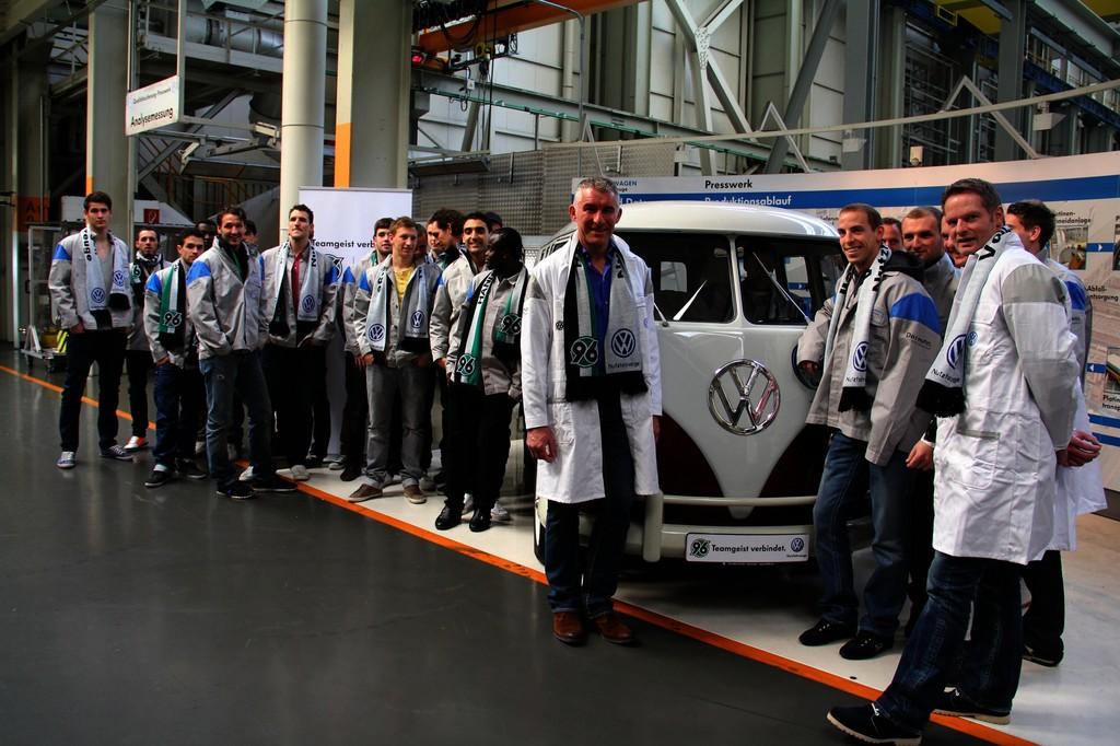Das Team von Hannover 96 besucht Volkswagen Nutzfahrzeuge