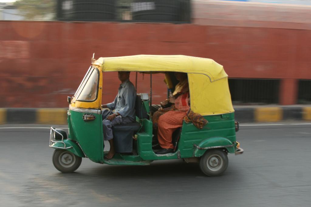 Der Riksha-Kutscher nimmt freimütig bis zu drei Fahrgäste mit, so dass es hintern gerne mal ein wenig enger wird