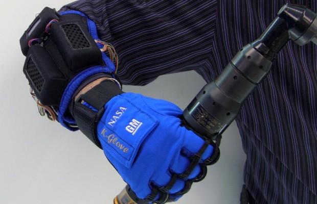 Mehr Kraft für Automonteure mit Roboterhandschuh