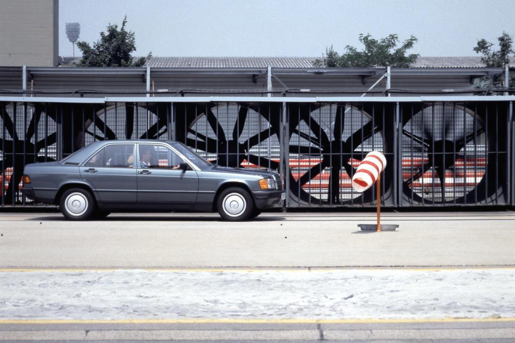 Mercedes 190 auf der Untertürkheimer Einfahrbahn