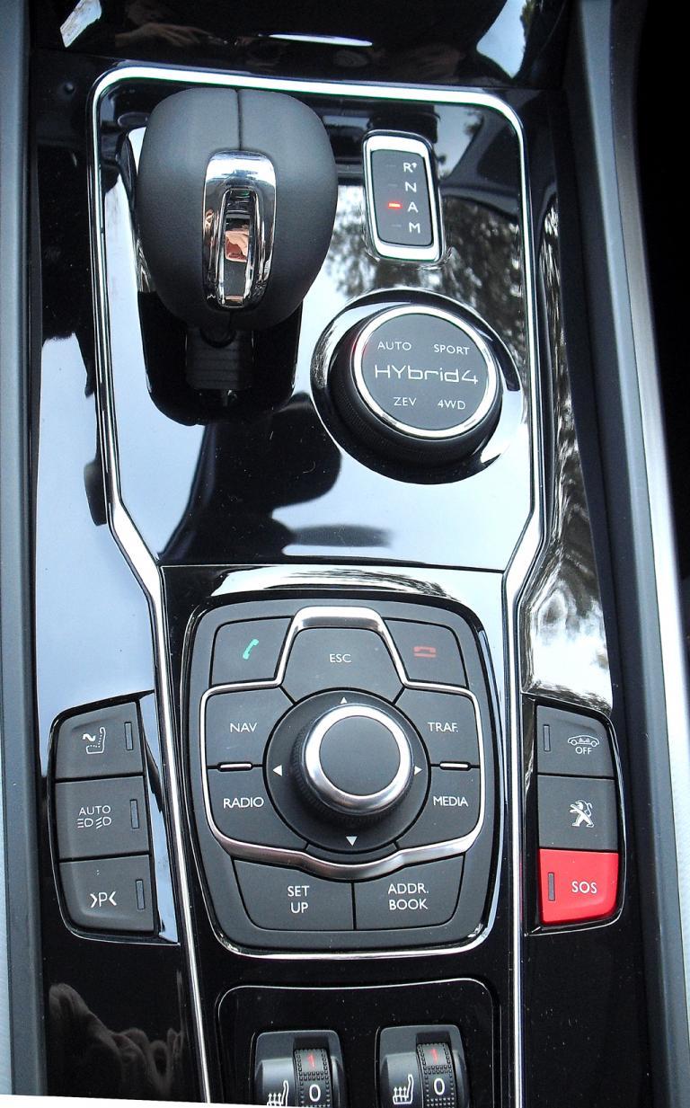 Peugeot 508 RXH: Blick auf die Bedieneinheit auf dem Mitteltunnel.