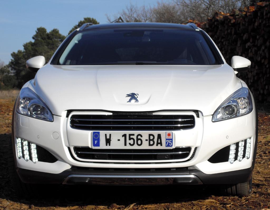Peugeot 508 RXH: Blick auf die Frontpartie mit den vertikalen LED-Lichtleisten.