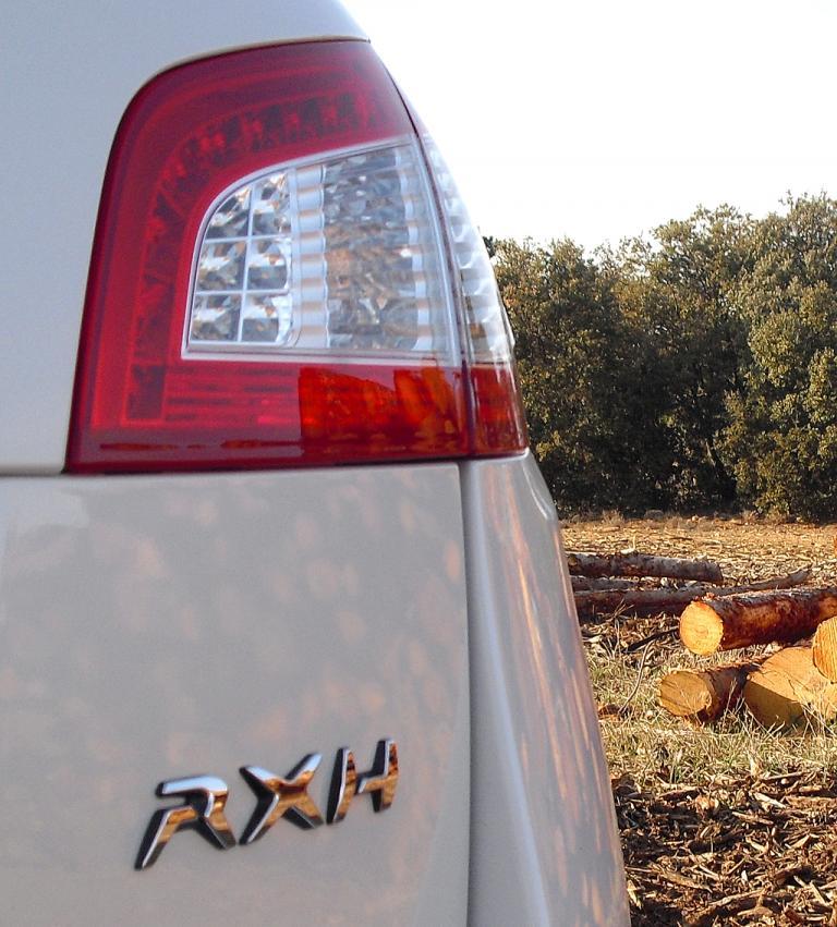 Peugeot 508 RXH: Moderne Leuchteinheit hinten mit Hybridschriftzug.
