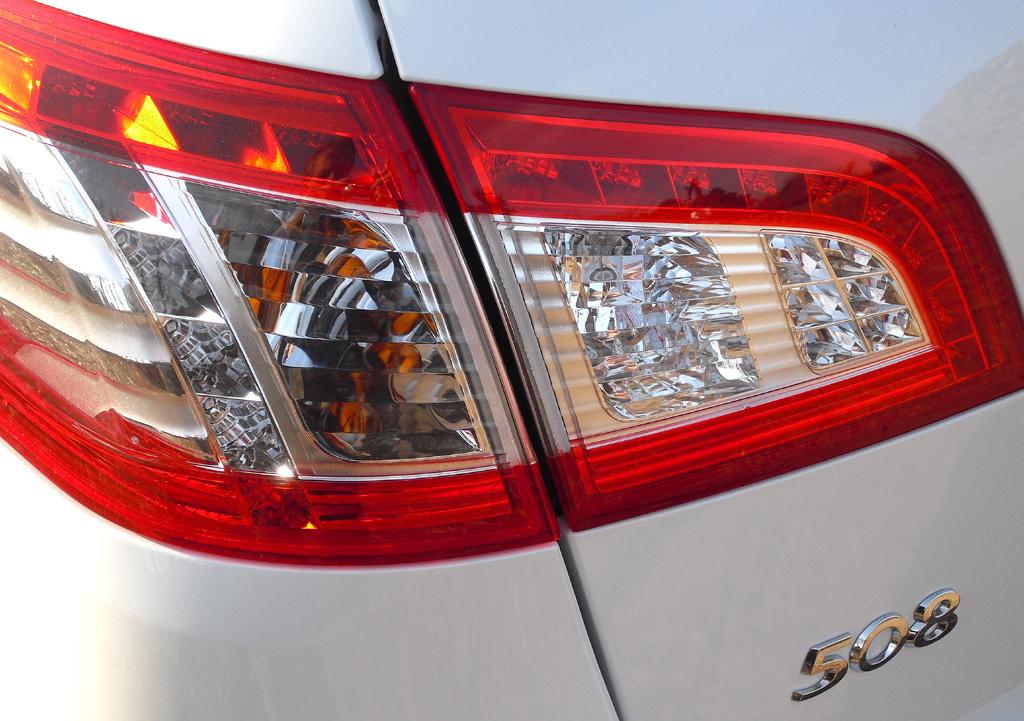 Peugeot 508 RXH: Moderne Leuchteinheit hinten mit Modellschriftzug.