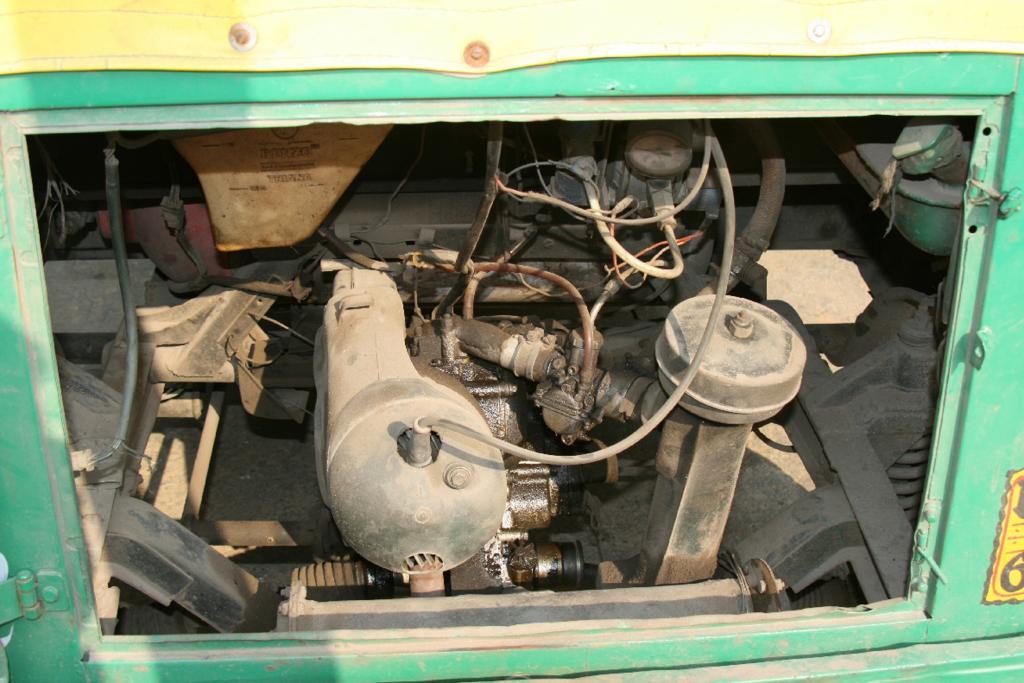 Unter der Rückbank knattert nur ein winziger Einzylinder von 180 Kubik