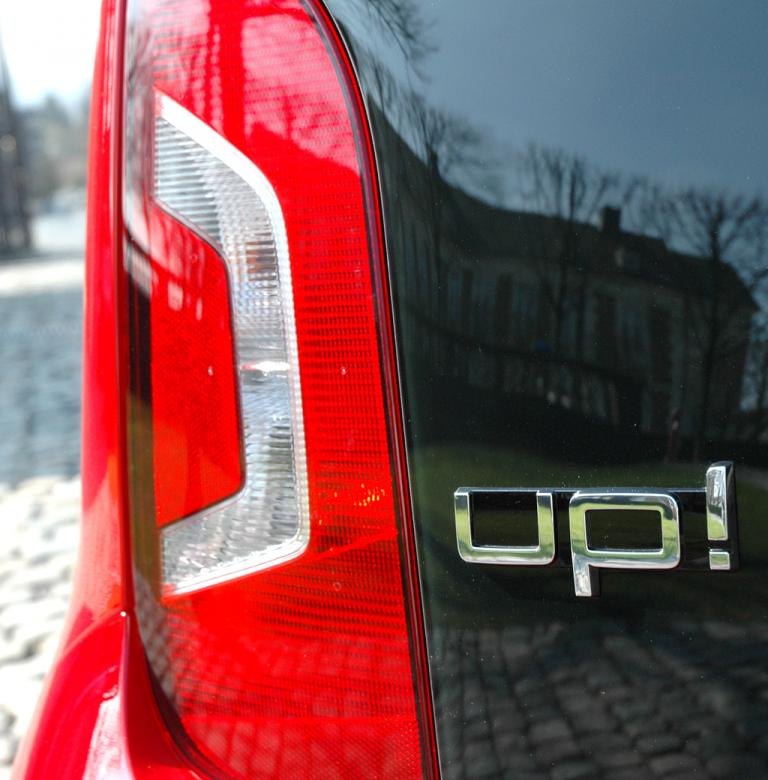 VW Up: Moderne Leuchteinheit hinten, vertikal ausgerichtet, mit Modellschriftzug.