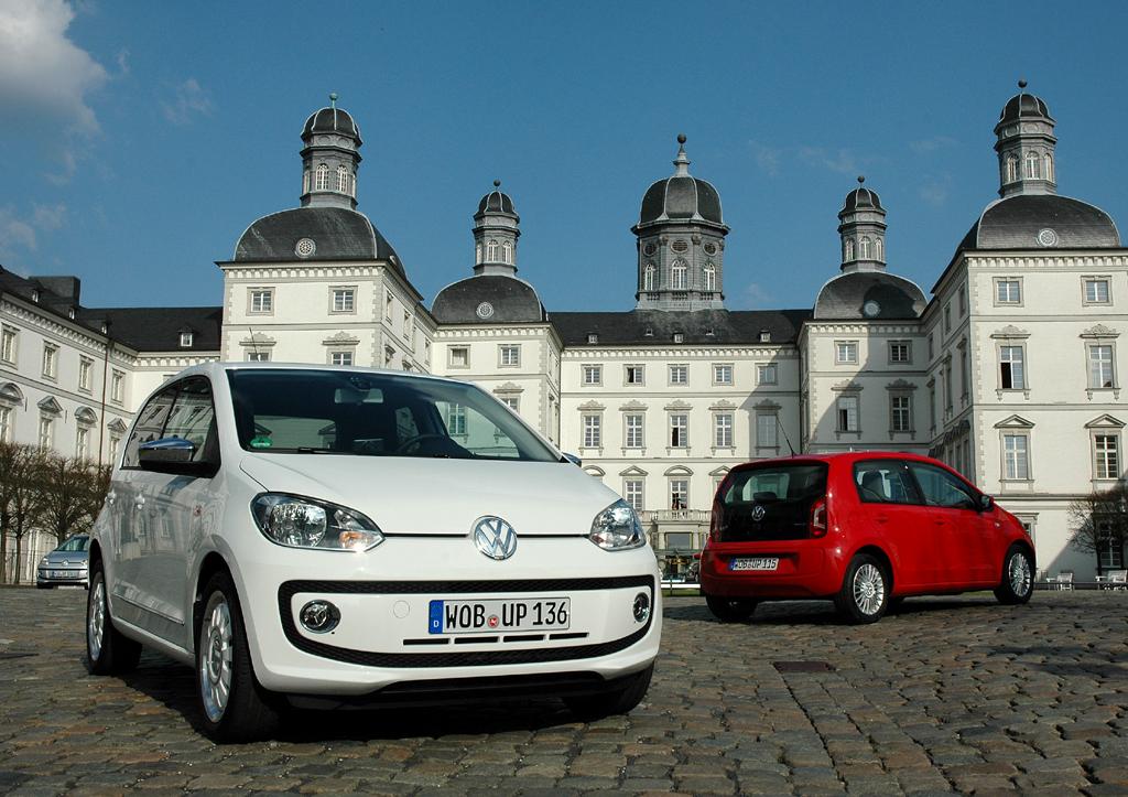 VW-Up-Viertürer bei der Präsentation vor dem Schlosshotel Bensberg.