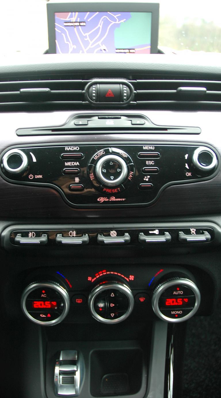 Alfa Romeo Giulietta: Blick auf den mittleren Armaturenträger.
