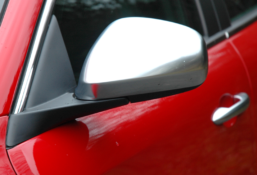 Alfa Romeo Giulietta: Blick auf den silberfarben abgesetzten Außenspiegel auf der Fahrerseite.