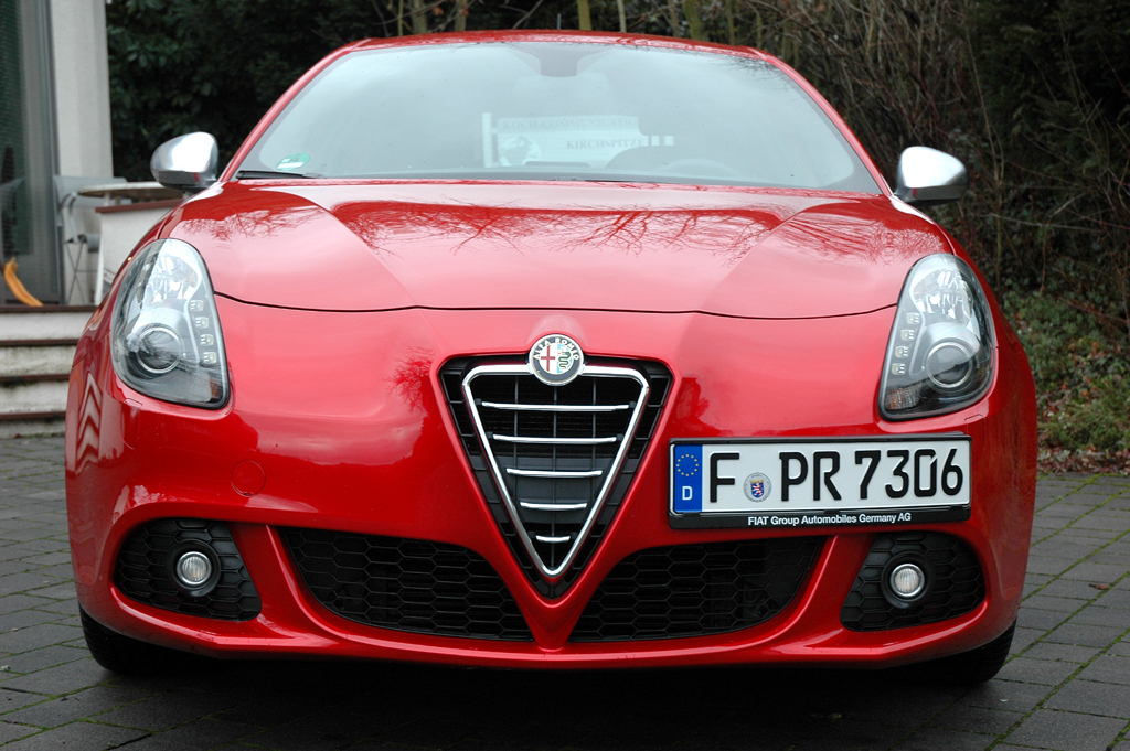 Alfa Romeo Giulietta: Blick auf die designerisch an den 8c angelehnte Frontpartie.