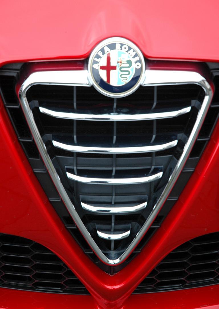 Alfa Romeo Giulietta: Der Kühlergrill mit dem Markenlogo oben ist typisch für die Italiener.