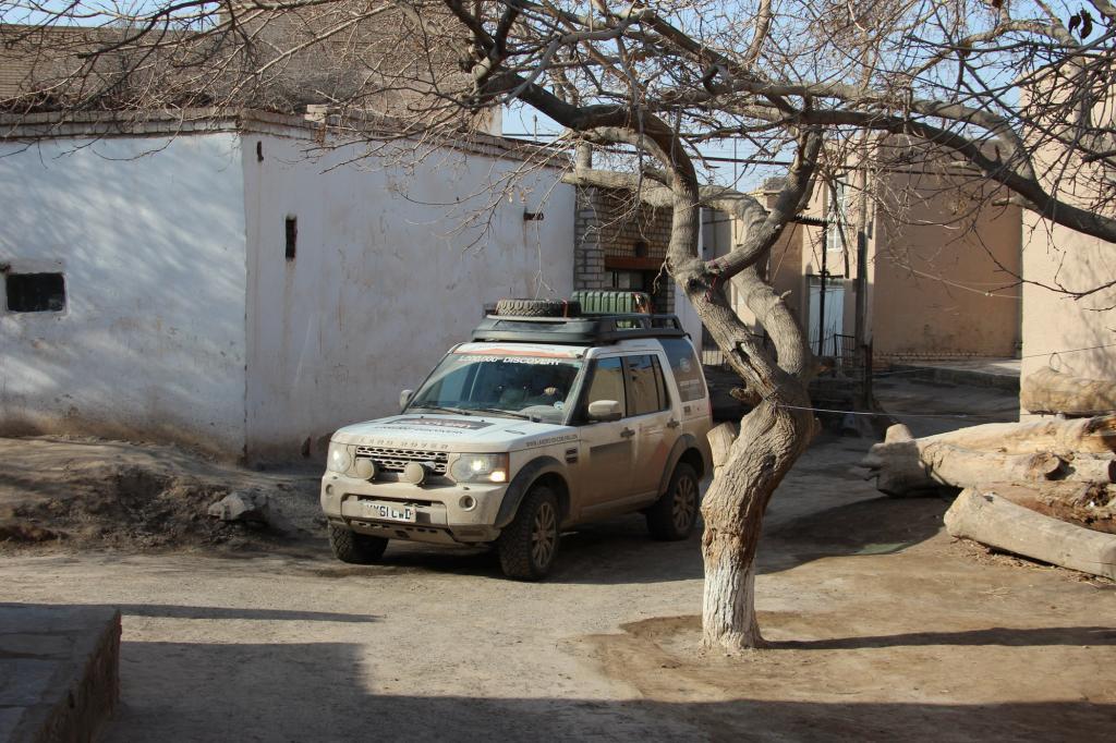 Auf dem Weg von Birmingham nach Peking nimmt ein Tross von Land Rovern die alte Seidenstraße durch Usbekistan