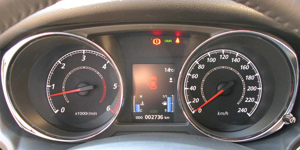Citroëns C4 Aircross: Blick durch den Lenkradkranz auf die Rundinstrumentierung.