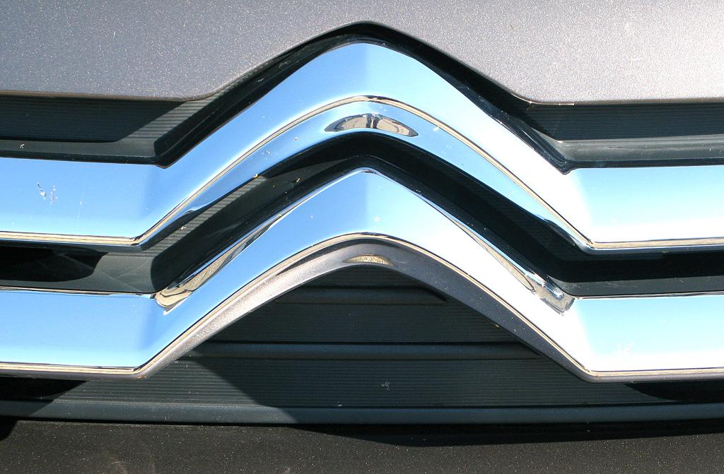 Citroëns C4 Aircross: Das Doppelwinkel-Markenlogo ist vorn aus zwei Chromspangen geformt.