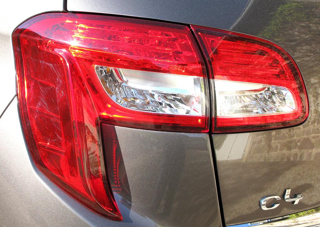 Citroëns C4 Aircross: Moderne Leuchteinheit hinten mit Hinweis auf die Baureihe.