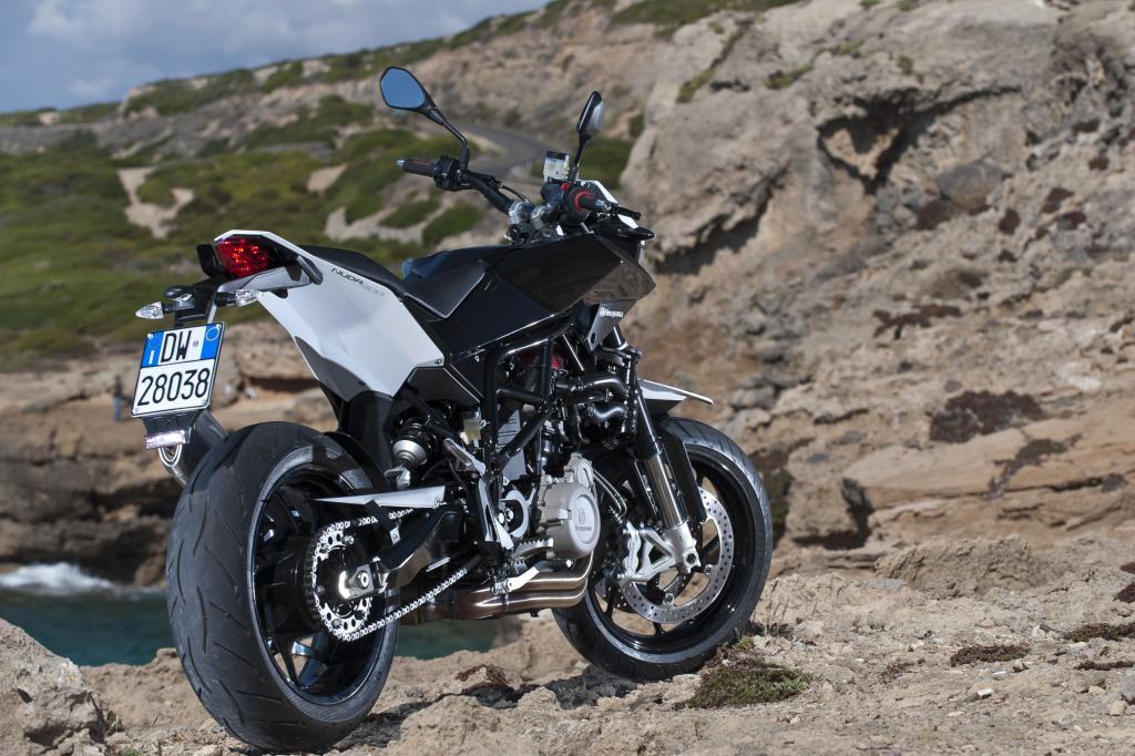 Dank fast eineinhalb Meter Radstand ist die Nuda 900 auch bei hohem Tempo stabil