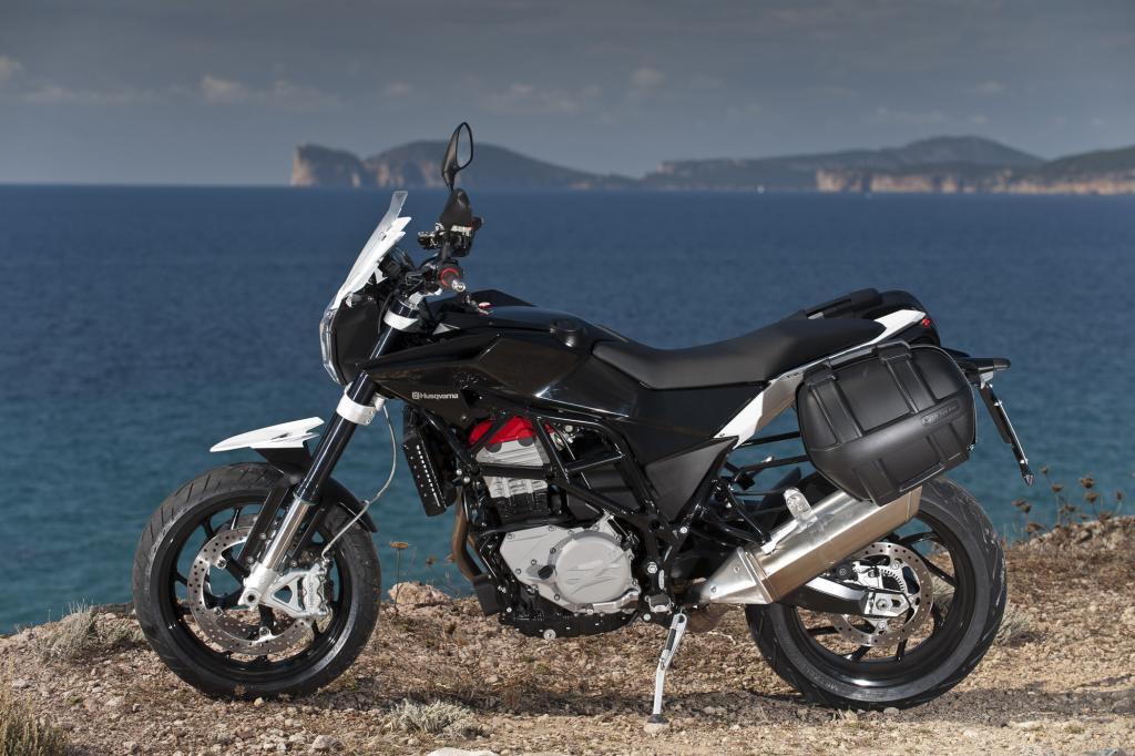 Den offen zur Schau getragenen Gitterrohrrahmen hat die Nuda 900 von der Reise-Enduro BMW F 800 GS geerbt