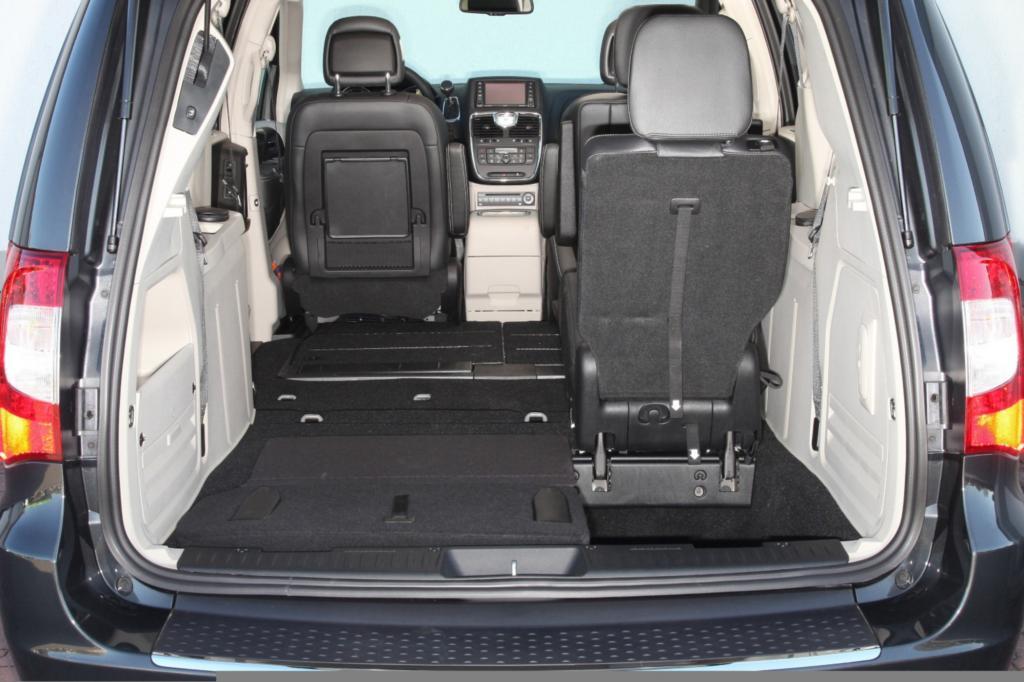 Die Plätze der zweiten und dritten Reihe lassen sich mit wenigen Handgriffen flach im Fahrzeugboden verstauen und genauso unkomp