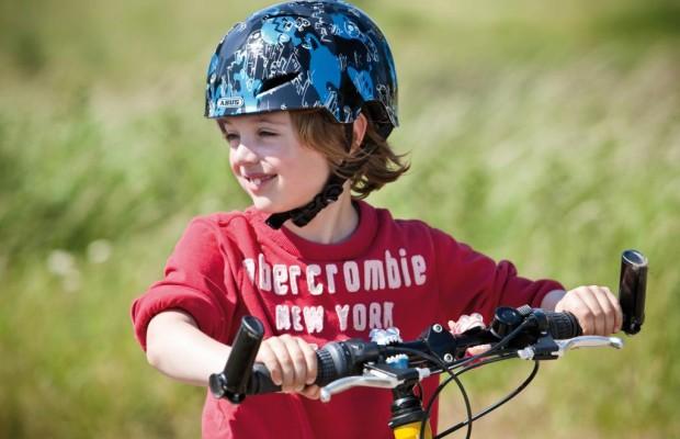 Fahrradhelme für Kinder beim Kauf anprobieren