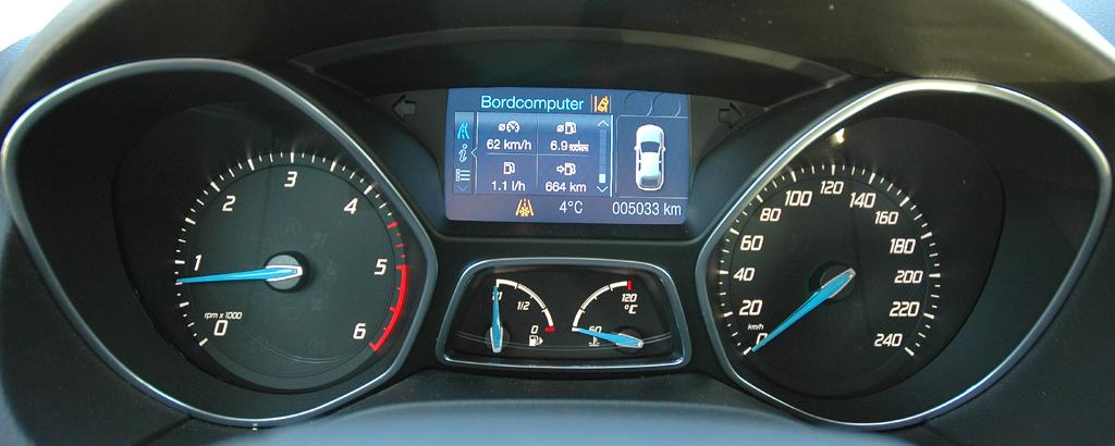 Ford Focus: Blick durch den Lenkradkranz auf die Rundstrumentierung.