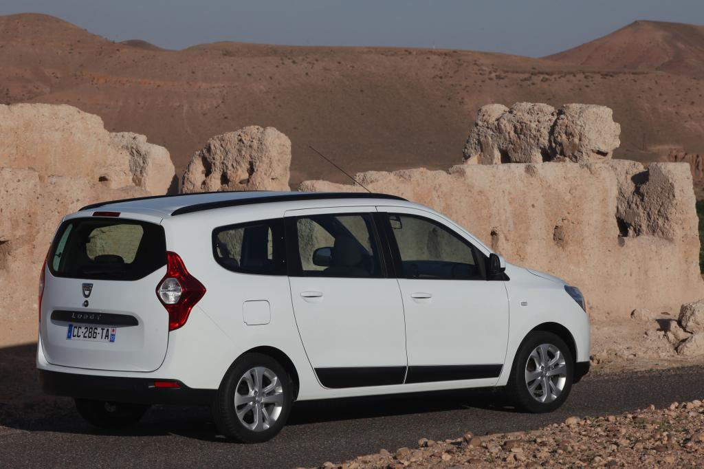 Harmonisch gefedert und mit gutem Fahrbahnkontakt ist der Dacia-Fahrer am servogelenkten Steuer dennoch unterwegs