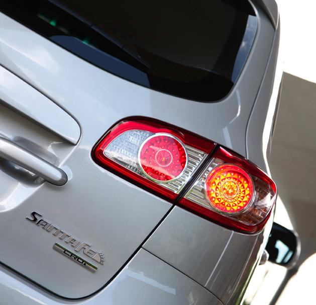 Hyundai Santa Fe: Moderne Leuchteinheit hinten mit Modell- und Motorisierungsschriftzug.