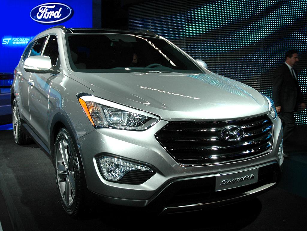 Hyundais Santa Fe tritt in der Neuauflage schon äußerlich viel kraftvoller auf.