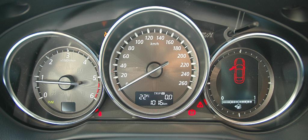 Mazda CX-5: Blick durch den Lenkradkranz auf die Rundinstrumentierung.