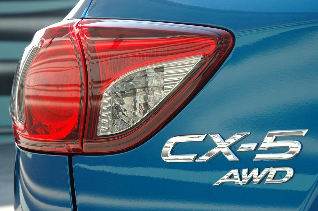 Mazda CX-5: Moderne Leuchteinheit hinten mit Modellschriftzug.