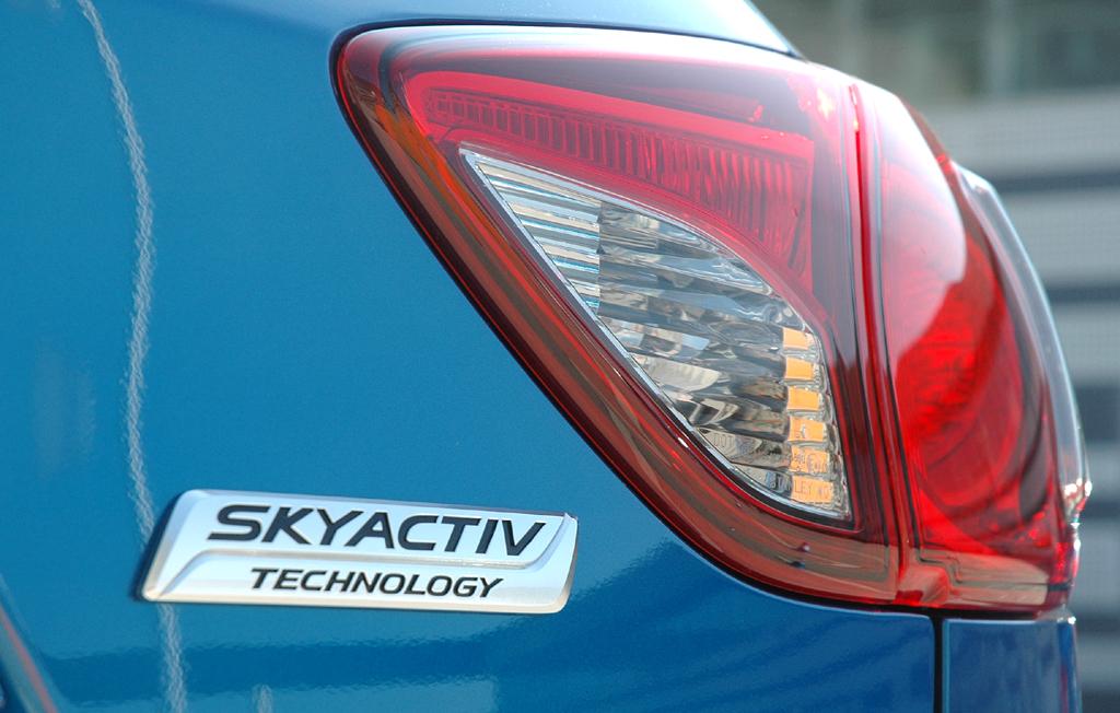 Mazda CX-5: Moderne Leuchteinheit hinten mit Skyactiv-Schriftzug.