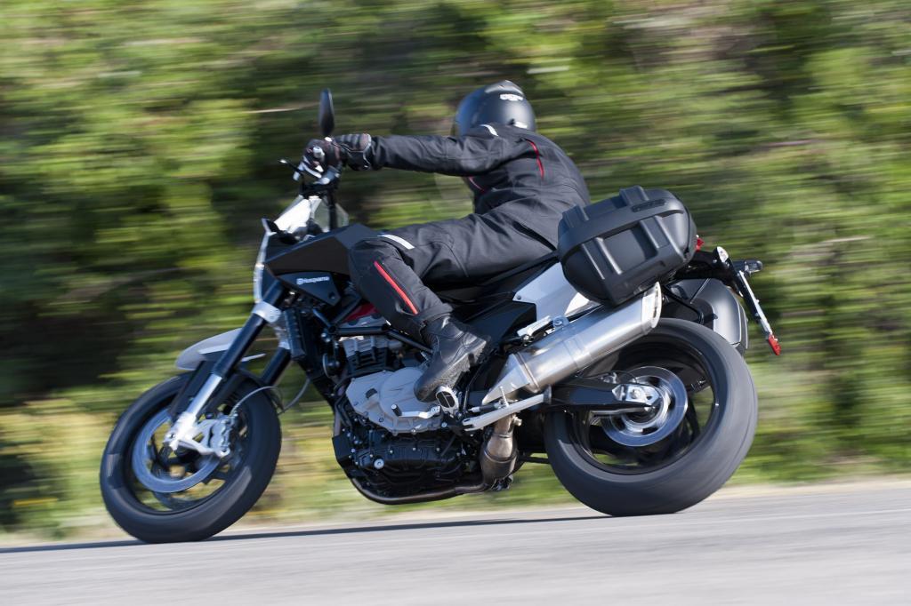 Nuda 900 heißt die Mischung aus wieselflinker Supermoto und einem klassischen Naked Bike für Stadt, Land und Highspeed-Kurven