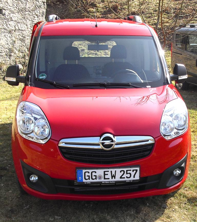 Opel Combo: Blick auf die Front des Kastenwagens.