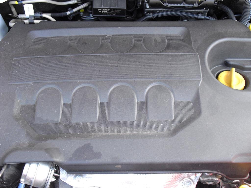 Opel Combo: Blick unter die Motorhaube.