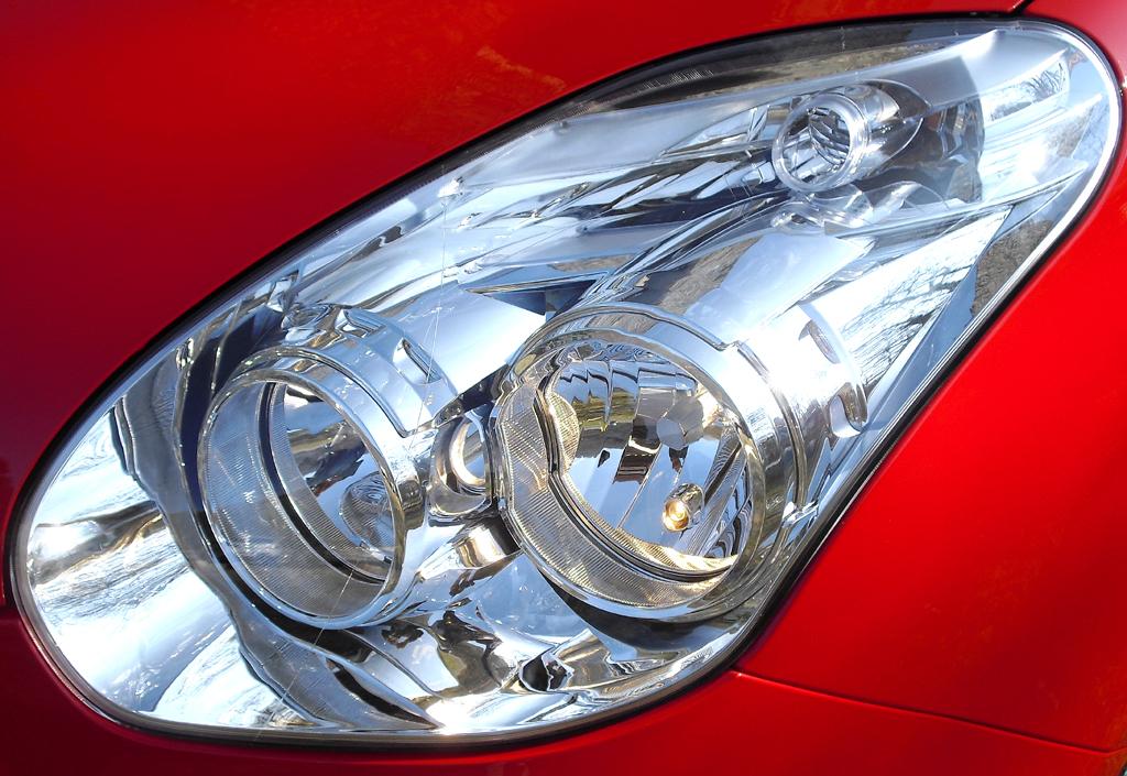 Opel Combo: Moderne Leuchteinheit vorn.
