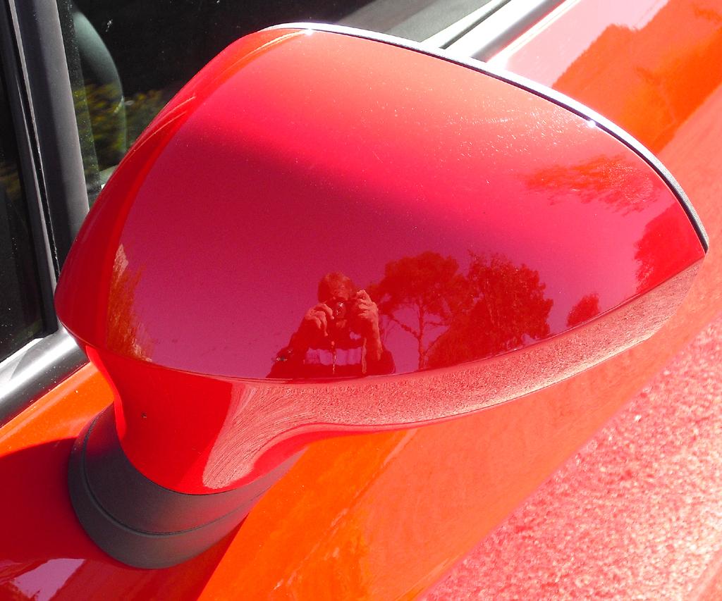 Seat Ibiza: Blick auf den Außenspiegel auf der Fahrerseite.