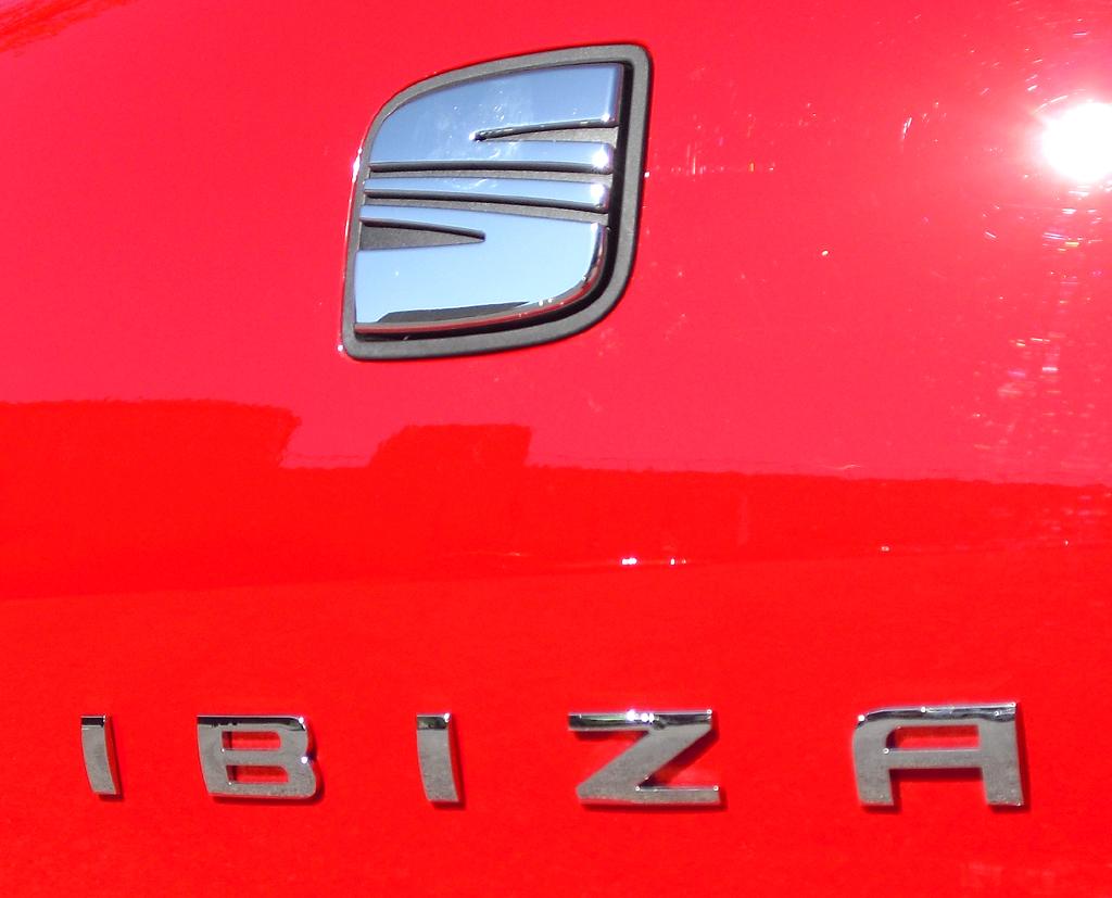 Seat Ibiza: Das Markenlogo dient hinten gleichzeitig zum Öffnen der Heckklappe.