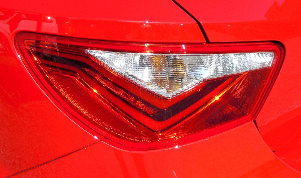 Seat Ibiza: Die Leuchteinheit hinten greift von der Seite in die Heckklappe um.